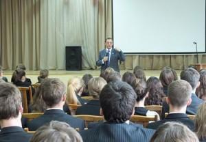 Сенатор Петелин поговорил с гатчинскими старшеклассниками о молодежной политике