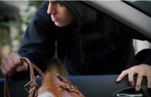 Взломщик обчистил автомобиль на Рощинской